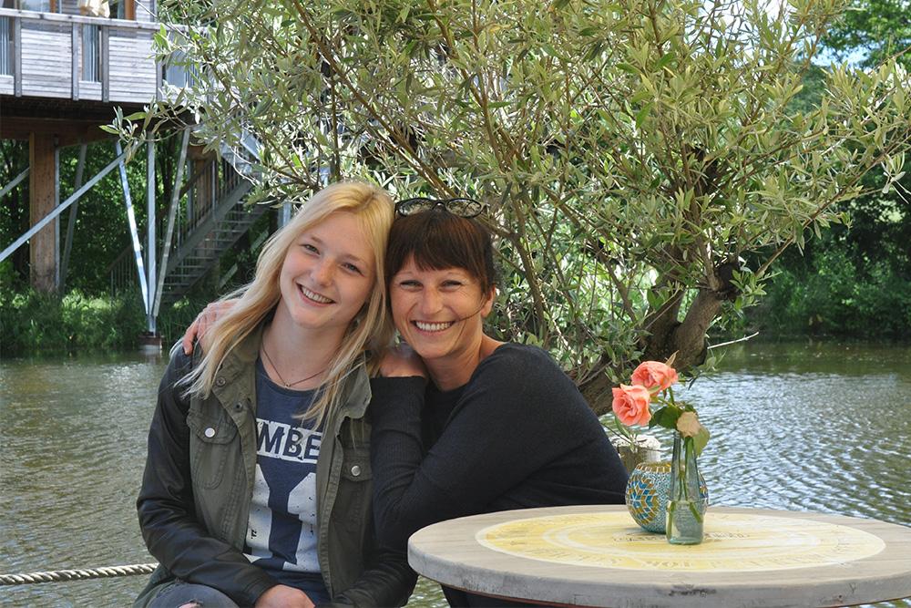 Sabrina (links) und Claudia (rechts): Die Mädels vom Baumhaushotel Oberbayern.
