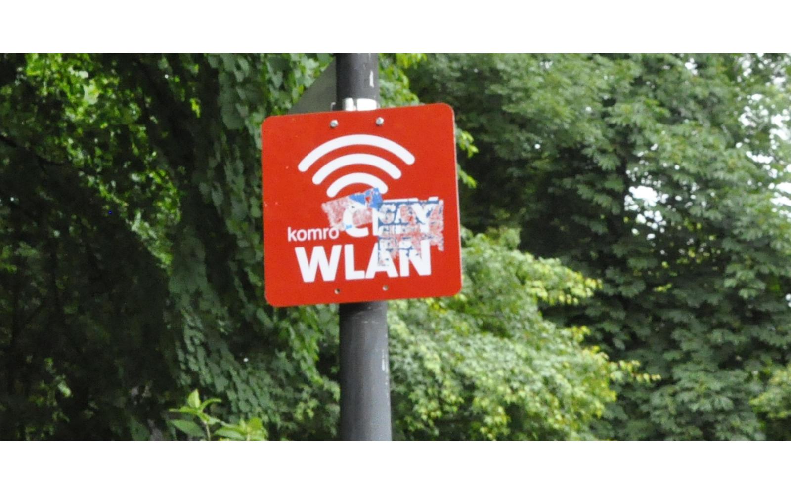 Ein WLAN-Hinweisschild im Salingarten in Rosenheim.