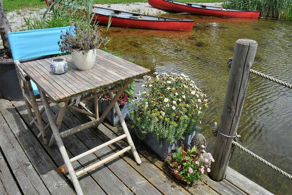 Auf der Terrasse am Teich hört man Frösche quaken.