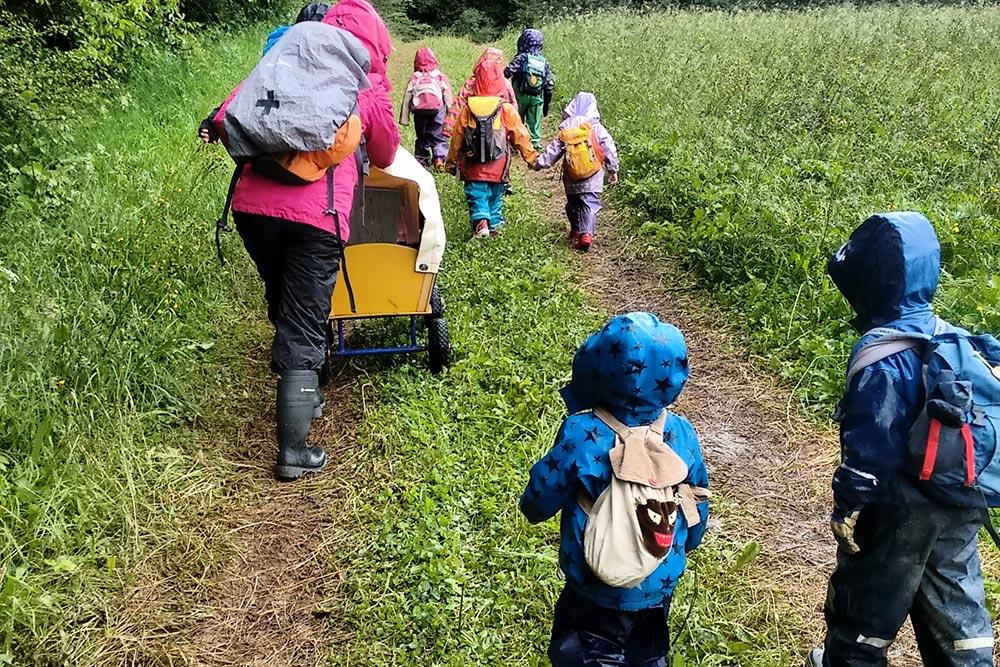Waldkindergarten: Kinder und Erzieher auf dem Weg in den Wald.