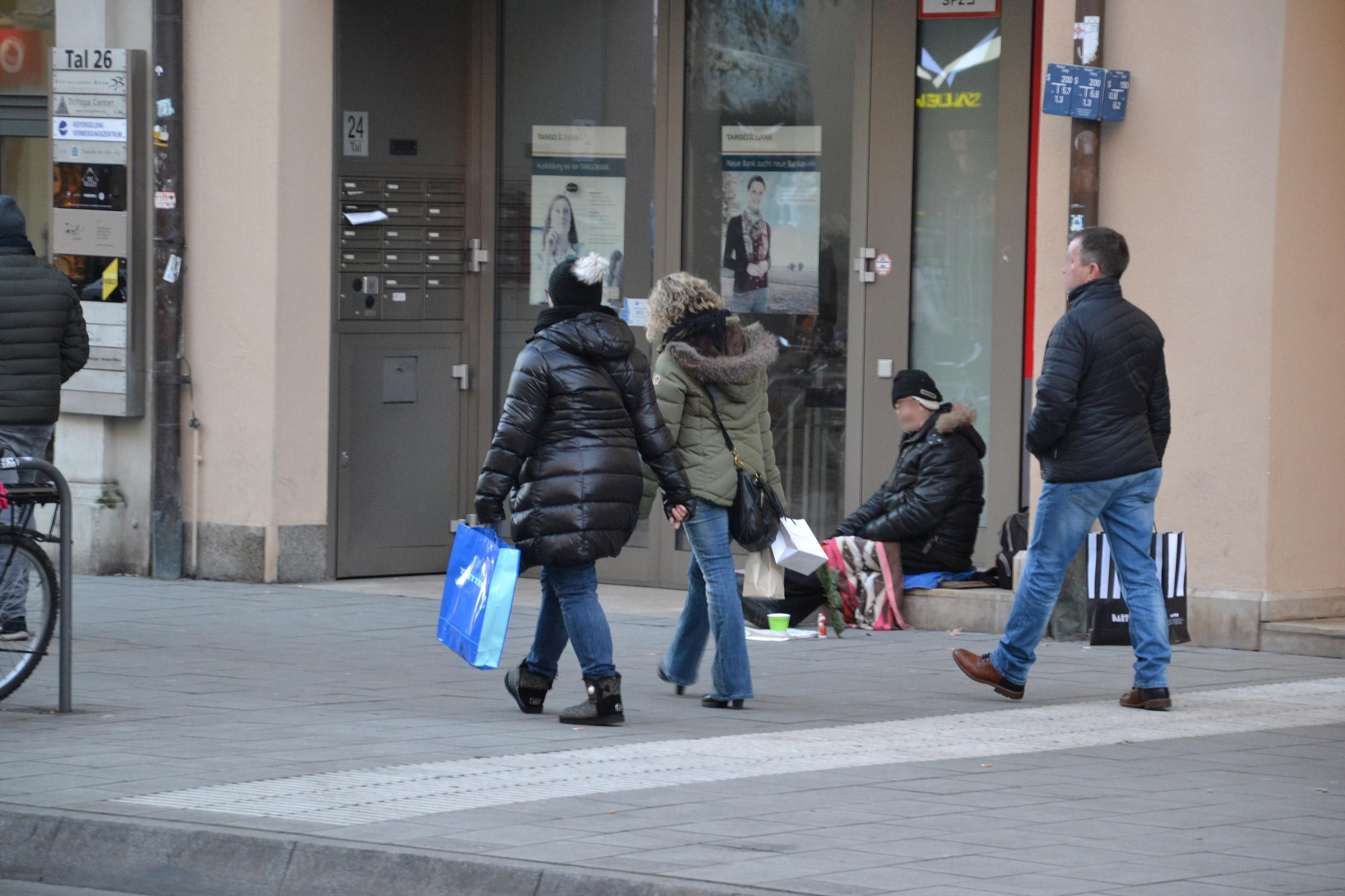 Obdachloser in der Nähe des Chriskindlmarktes am Marienplatz in München.