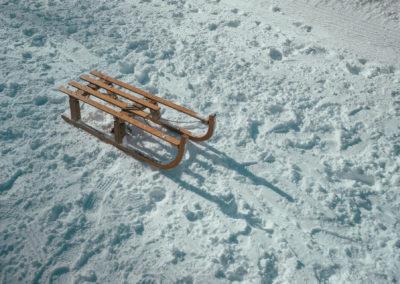 Holzschlitten (Bild © Igor Cancarevic on Unsplash)